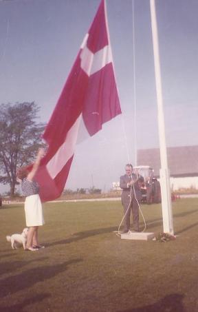 Ejer og grundlægger af Svogerslev Maskinfabrik, Georg Christiansen og hustru Nelly Christiansen, hejser flaget på jubilæums-dagen august 1970. Foto tilsendt af Mogens Bruun.