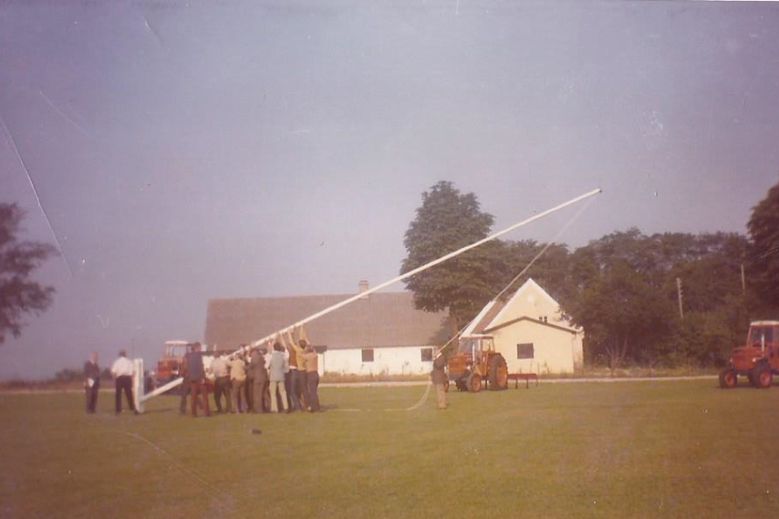 Svogerslev Maskinfabriks 25-års jubilæum i 1970. Medarbejdernes gave var en flagstang. Gården i baggrunden er Hedegården på nuværende Industrileddet. Billedet er tilsendt af Mogens Bruun.